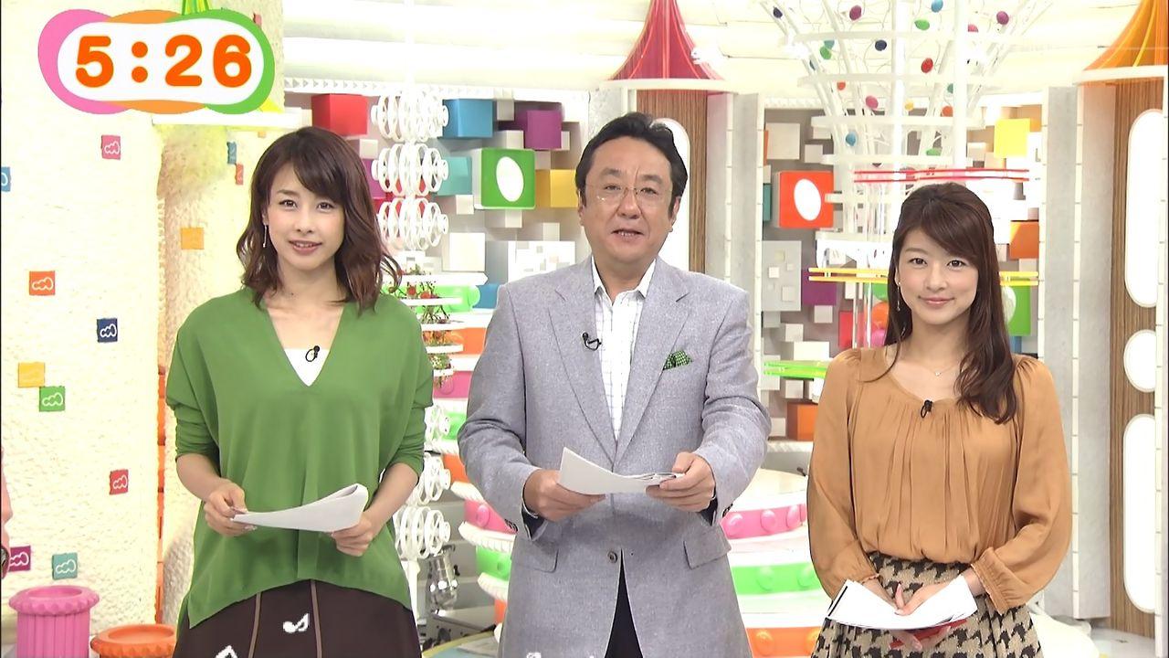他のアナウンサーと並んで立ってニュースを読むアナウンサー、生野陽子