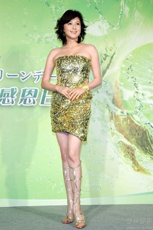キラキラのドレスを着る藤原紀香