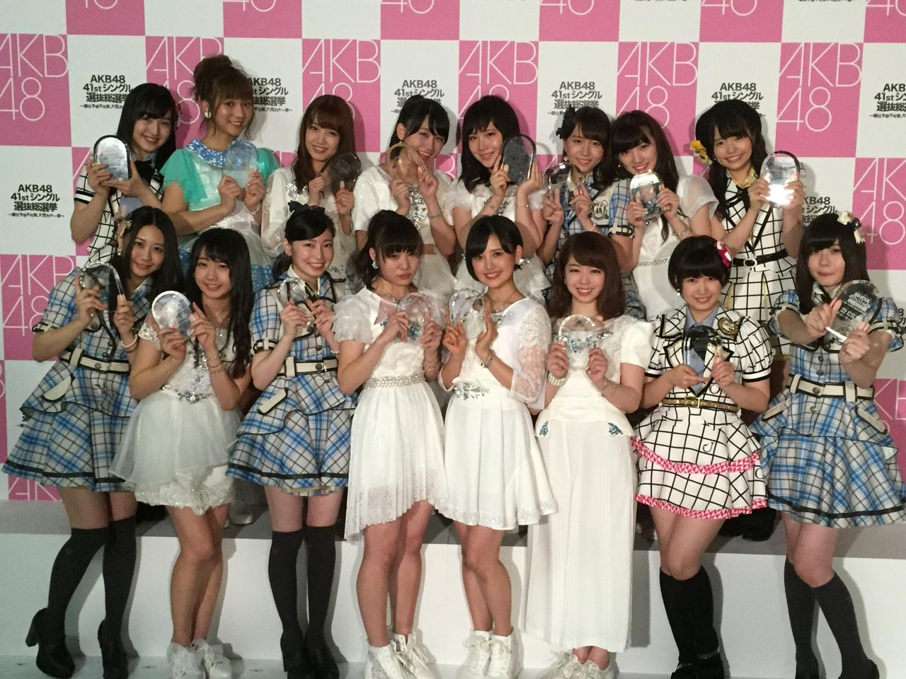 【エンタメ画像】【悲報】須田亜香里のせいでアンダーガールズの集合写真が台無しに【SKE48】
