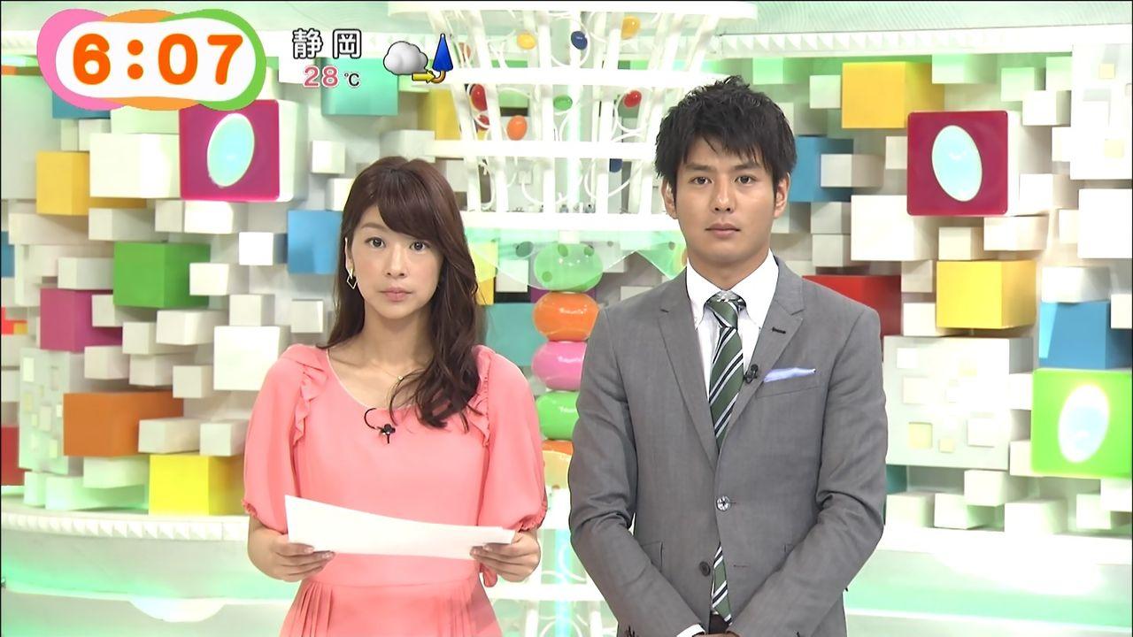 ピンクのワンピースでニュースを読むアナウンサー、生野陽子