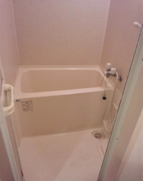 【ゾッとする話】深夜2時のお風呂場で...隙間から覗いてくるものとは...