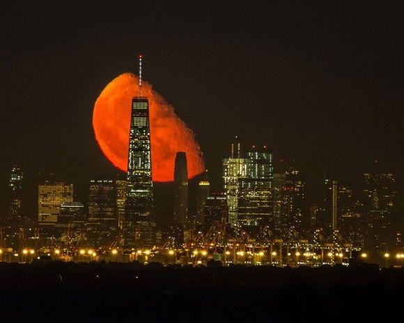 これどんな黙示録?と思ったらリアルだった。ニューヨークで撮影されたゾクっと不気味な月の画像
