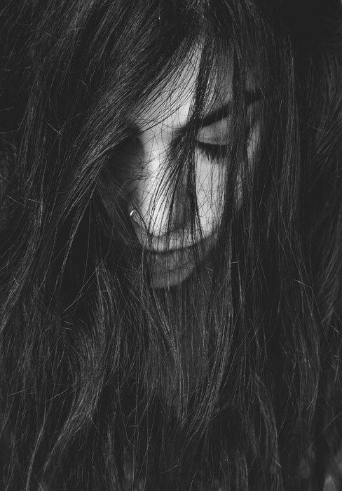 【恐怖体験】嫁の髪の毛の隙間から覗いた顔は…