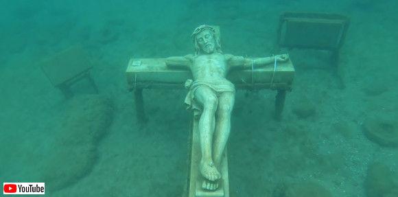 ミシガン湖の底に眠るキリストの十字架像。水難事故者の慰霊碑として沈められたもの(アメリカ)