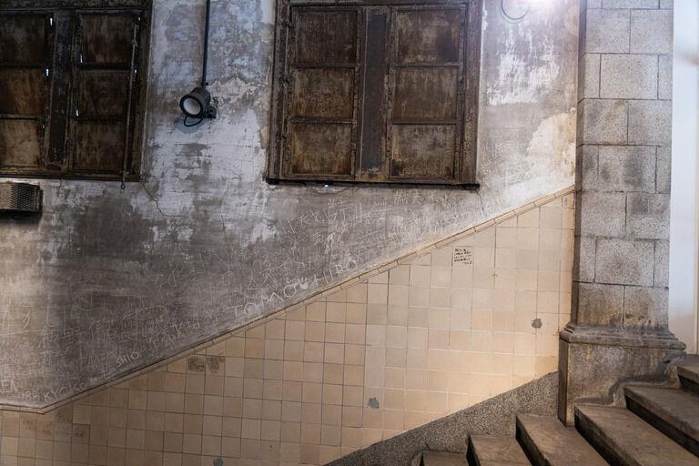 人がビルの外階段の4階から飛び降り自殺した