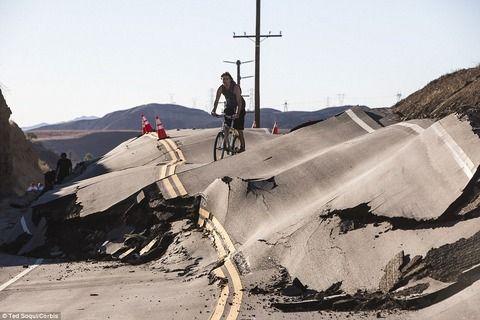 【衝撃画像】カリフォルニアの道路が突然押し上がる!