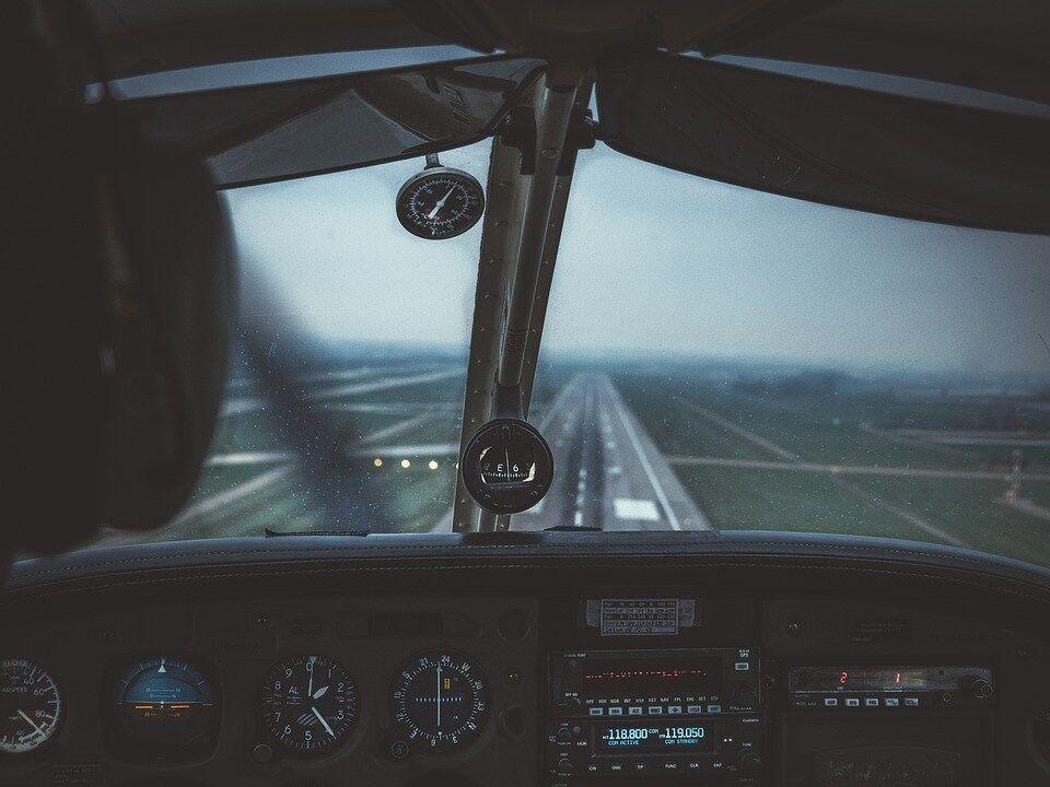 飛行機って事故ったら100%死ぬのによくお前ら乗れるよな・・・