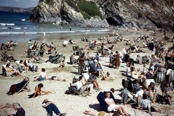タイムトラベラー疑惑。1940年代にスマホをチェック?ビーチで撮影された写真の違和感に関する海外の反応