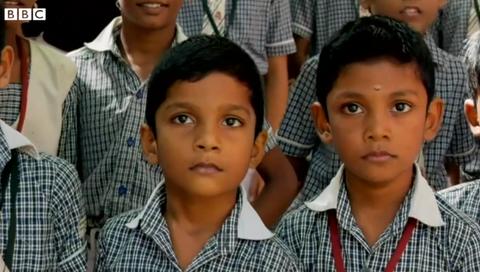 同じ学校に双子が50組以上 インドのある村の謎