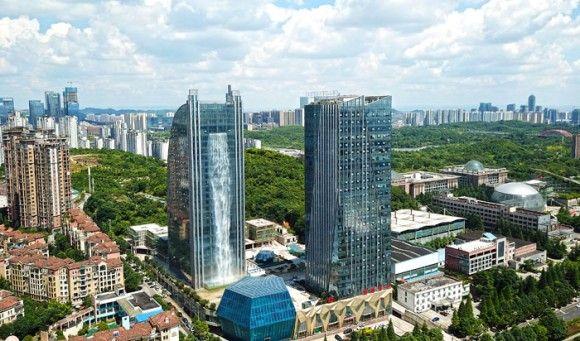 都会のオアシスってこういうこと?高層ビルの壁面にダイナミックな「人工の滝」を標準完備のオフィスビル(中国)