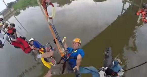 なんという恐ろしい世界記録挑戦でしょう。245人がつながれた状態で一斉に橋からジャンプ!で一応成功!(ブラジル)