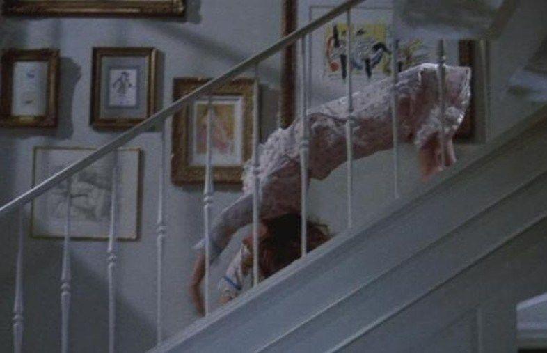 【閲覧注意】映画エクソシストの悪魔にとり憑かれた女がブリッジで階段降りるシーン