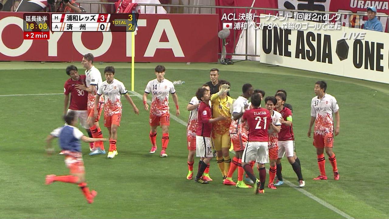 【速報】サッカーで韓国のベンチ選手がいきなり飛び出して来て日本選手にエルボーwwwwwwwwwwwww