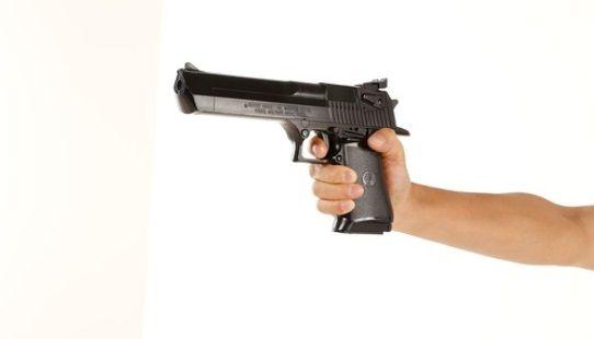 子供の送迎をしていた母親の集団に銃を突きつけた強盗が母親に射殺される