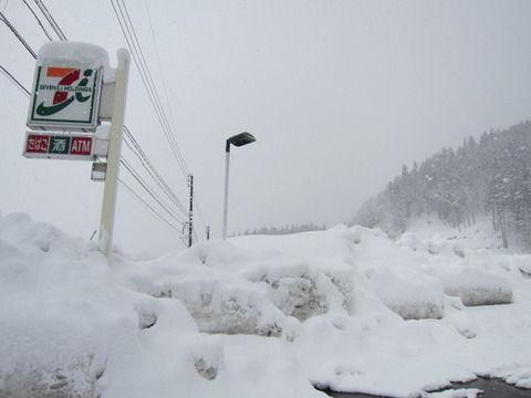 【えぇ…】セブンイレブン「豪雪でやばすぎィ! 店もヤバそうなんで閉めていい?」 本社「ダメです」 → オーナー、50時間不眠で働くことに