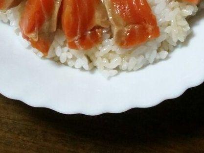 【飯テロ】サーモンの刺身をめんつゆとごま油のタレに浸けてご飯に盛って食うと美味いらしいぞ!!
