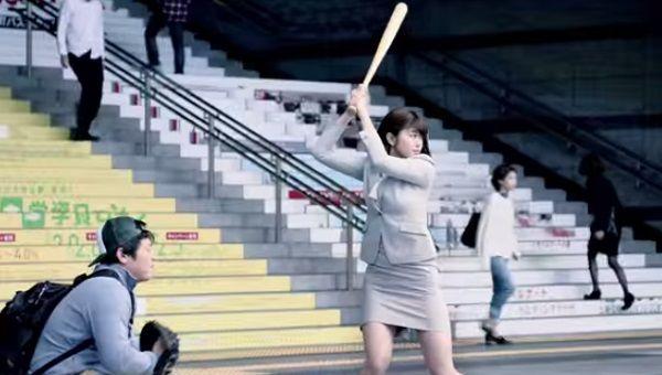 稲村亜美さんが始球式で数千人の野球少年に取り囲まれる様子が恐怖映像すぎる