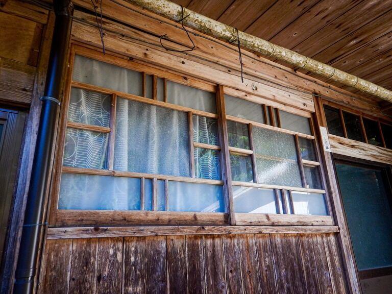 俺の部屋はドアを開けるとまず部屋の奥一面が窓になってる