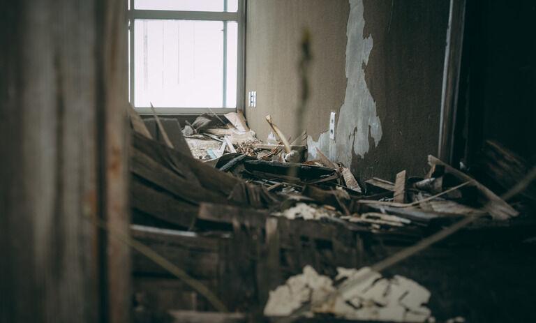 古いマンションの3階に住んでるんだが 真上の4階に住んでた一家が先月末に夜逃げしたらしいんだ