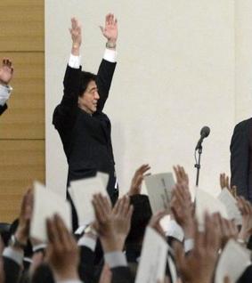 【国会】安倍首相の演説中に大多数の自民議員が立ち上がり拍手=「異常で、異様な光景だ」「気持ち悪い」野党批判★6 ©2ch.net YouTube動画>4本 ->画像>66枚