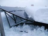積雪で押し潰された太陽光パネル