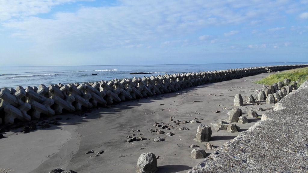 海岸から見たテトラポットと沖の磯