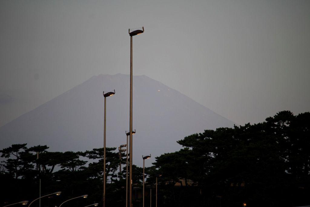 3朝日に反射する山小屋