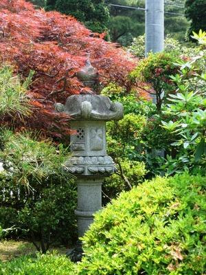 地震で倒れ石灯籠の復旧