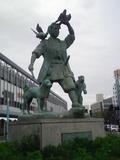 駅前の桃太郎像