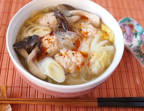 鶏肉団子と白菜の具だくさん中華スープ。