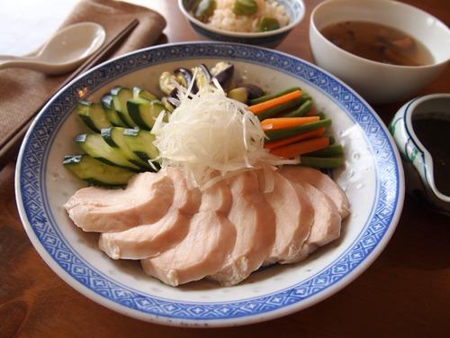 しっとり茹で鶏の黒胡麻ソース。