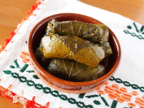 トルコ料理「葡萄の葉のドルマ」。