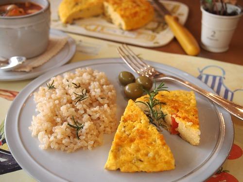 ローズマリーとオリーブのスパニッシュオムレツ&具だくさんトマトスープ。