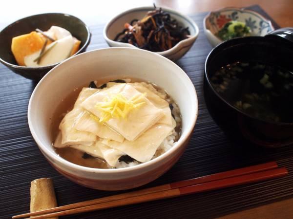 柚子風味の京風生湯葉丼。