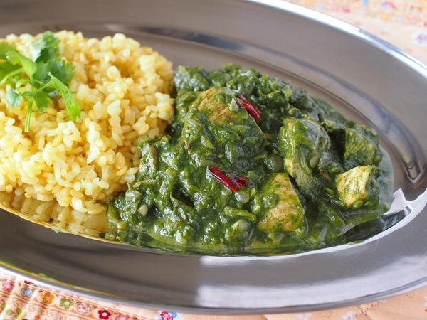 北インド料理の定番☆ほうれん草のサグチキンカレー。