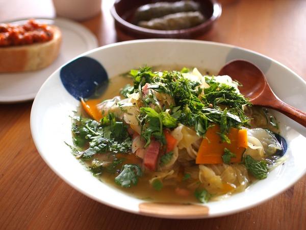 ハーブどっさり。キャベツとベーコンのスープ&アジア風明太子うどん。