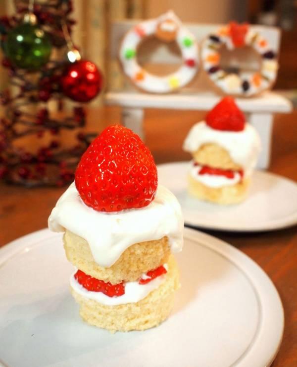 10分で作れる♪ クリスマスや誕生日に♪ いちごキャンドルケーキ。