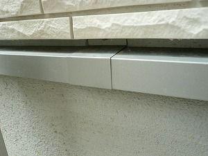 水切りは必ずジョイント(つなぎ目)が出来ます。 そこには、シーリングを裏打ちし、重ね代を10mm  以上取り、重ね合わせるのが最も隙間が出来ない施工となります。