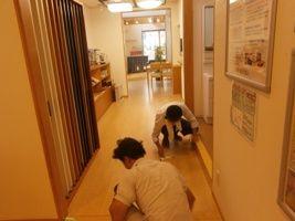 2人は楽しく、床掃除!
