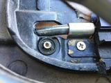 (6)助手席側 カバー内に破断したワッシャ片