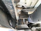 (2)助手席側荷室下のドレインホースからの排水