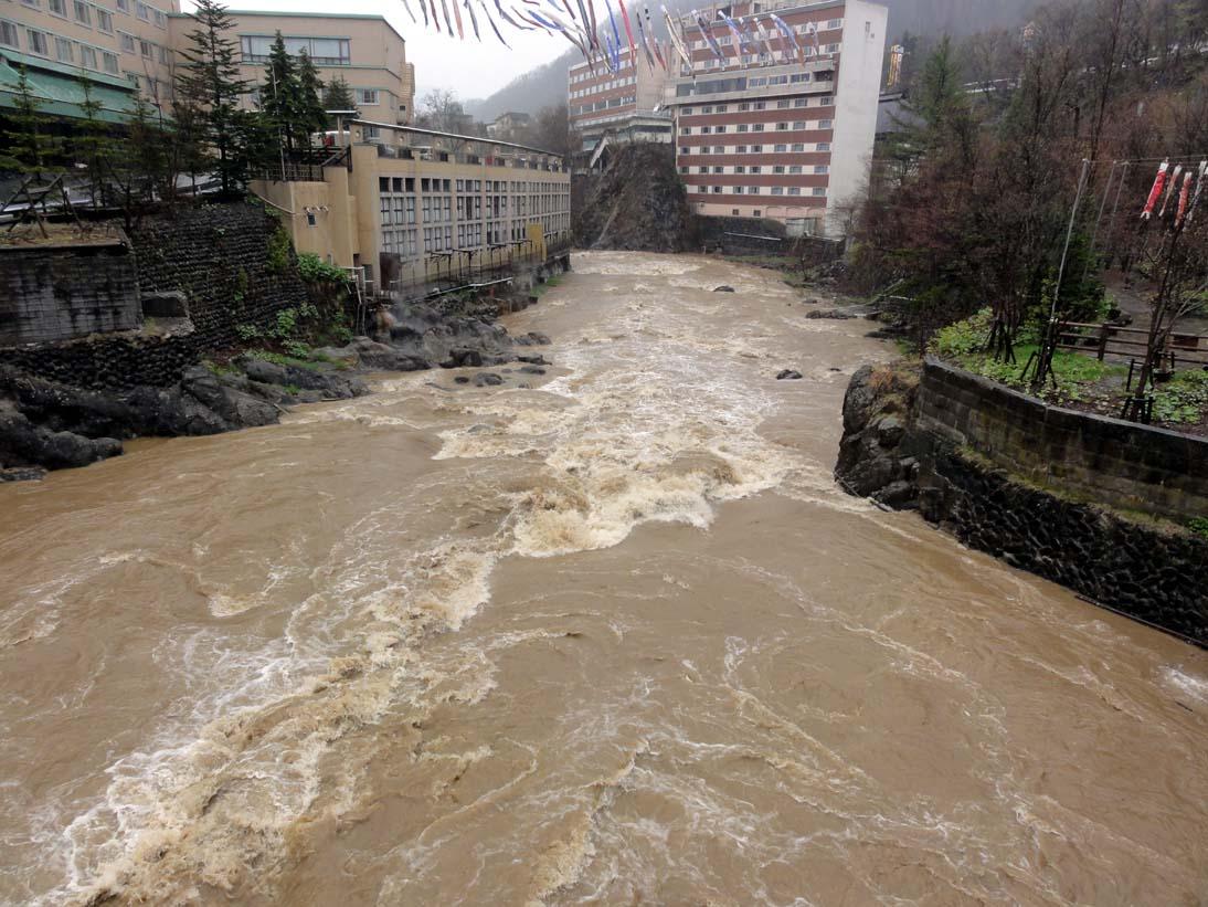 豪雨で増水の豊平川-定山渓2012年5月4日