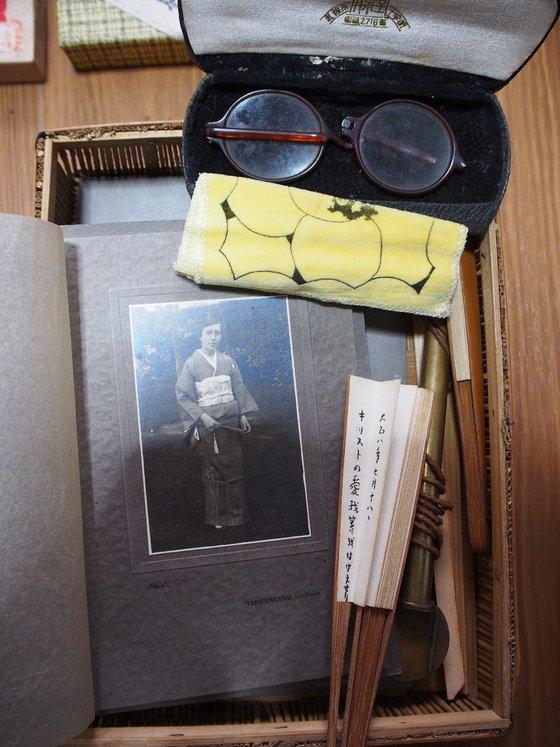 祖母の遺品、丸壺矢立、ビーズのバッグ、丸メガネ、写真