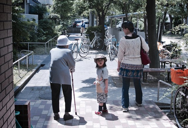 SAKURAKO goes in to meet her great-grandmother.