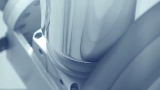 4-KukaのロボットアームがMacProの表面を研磨します4