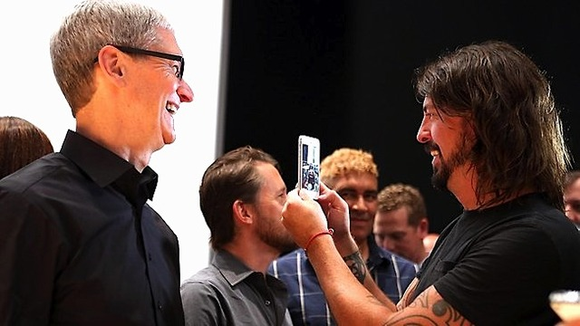176377-120913-tim-cook-dave-grohl