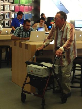 Apple StoreにPower Macintosh 7x00を持って現れたらお爺さん