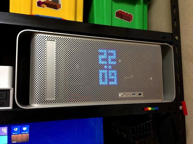 MacProのスリットを利用してLED時計を表示させた