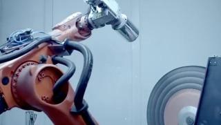 4-KukaのロボットアームがMacProの表面を研磨します3