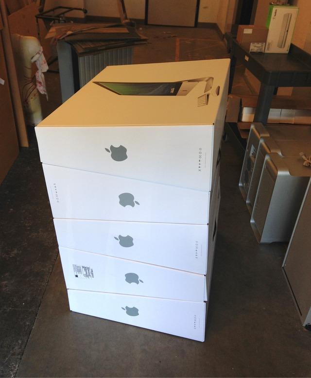 積み重ねられたiMacの箱